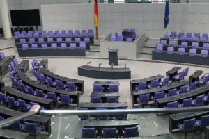 Dass die Sitze im Bundestag auf die Abgeordneten nach den Grundsätzen allgemeiner, unmittelbarer, freier, gleicher und geheimer Wahl vergeben werden, stellt ein Grundrecht dar.