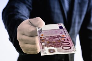 Für eine Verfassungsbeschwerde in Bayern oder auf Bundesebene fallen leider erhebliche Kosten an.